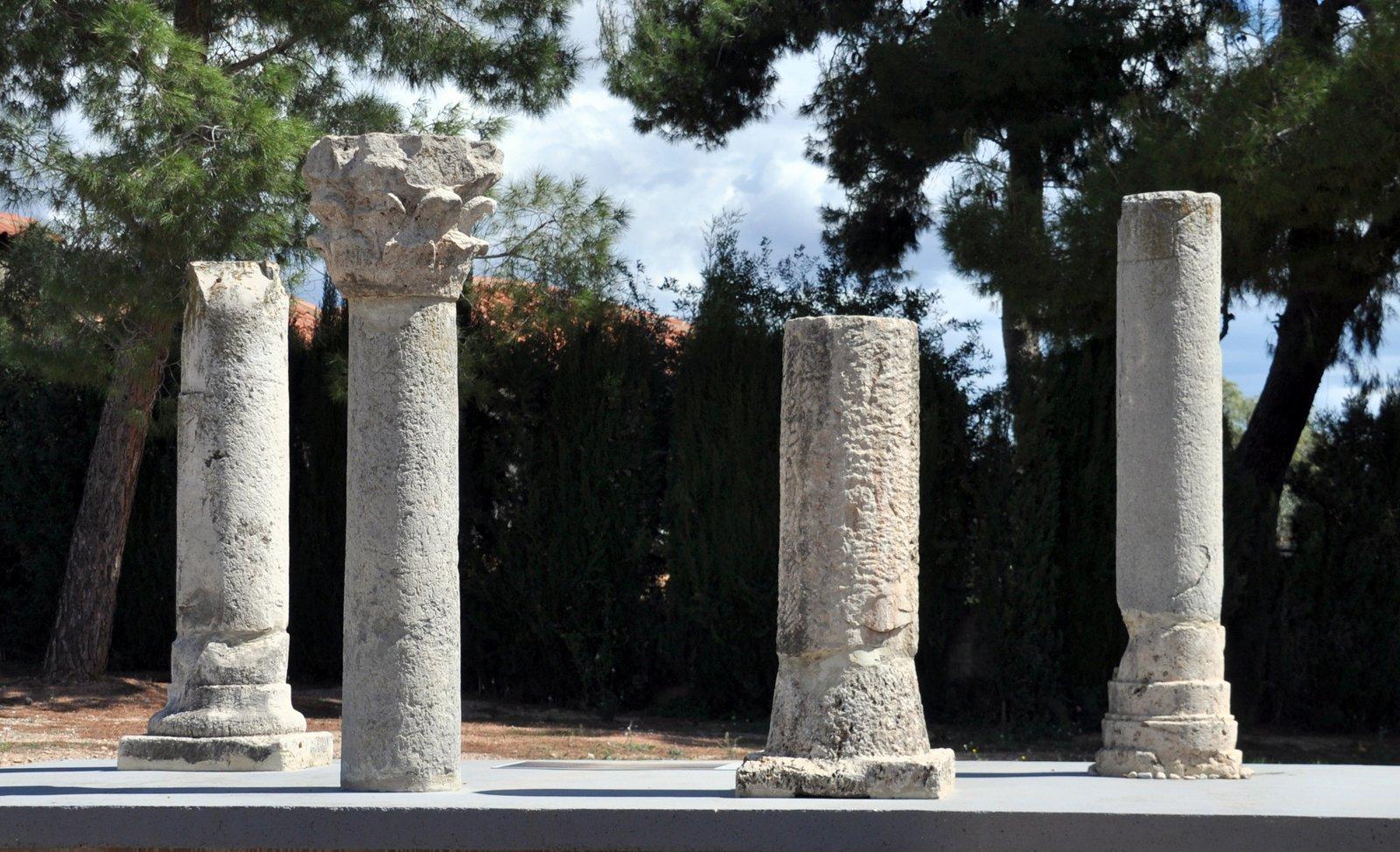 Columnas y capiteles romanos