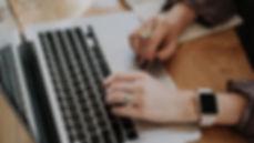 Žena pracující na Macbooku s iWatch