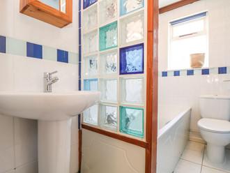 Holiday_Cottage_Bathroom