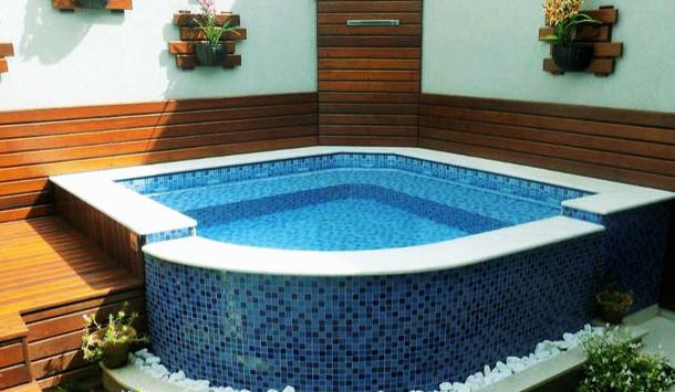 Uma piscina pequena é uma ótima opção para embelezar seu quintal