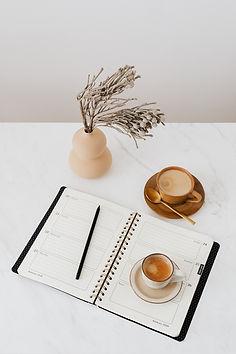 kaboompics_Coffee - Weekly Planner & Vas