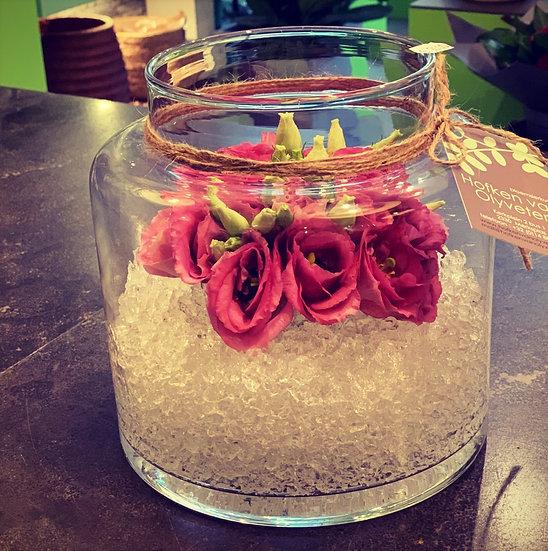 Eustoma in glazen vaas met waterparels...