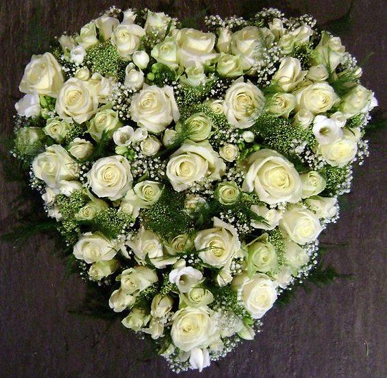 Hartvormig grafstuk met witte rozen...