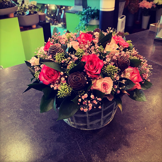 Biedermeier-bloemstuk met roze rozen...