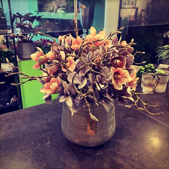 Zilveren pot met zijdebloemen...