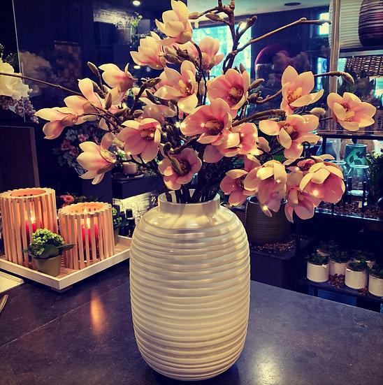 Grote witte ribbelvaas met zijdebloemen...
