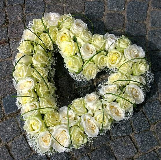 Open hart met witte rozen en gipskruid...