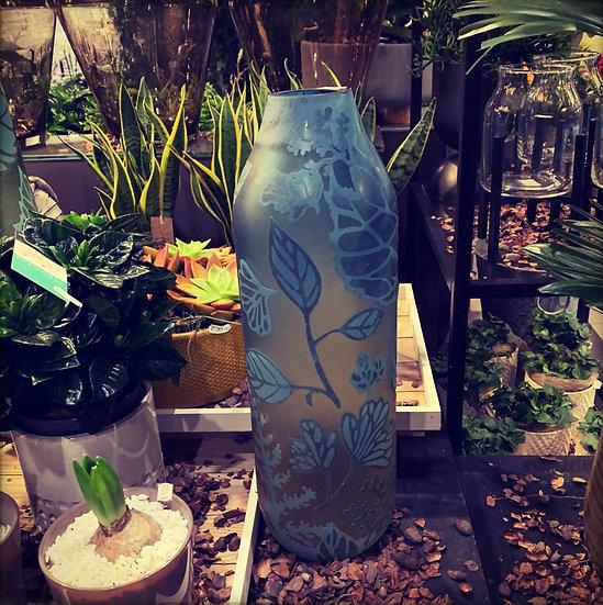 Matblauwe vaas met bloemenmotief....