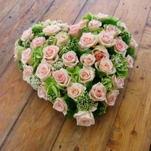 Hartvormig grafstuk met roze rozen...