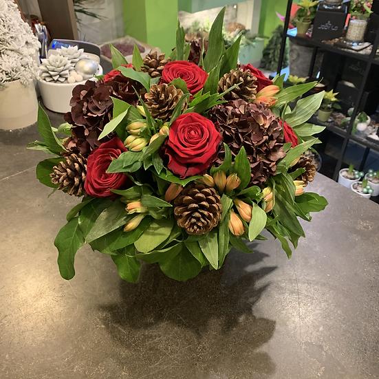 Bloemstuk in zwarte pot met dikke rode rozen...
