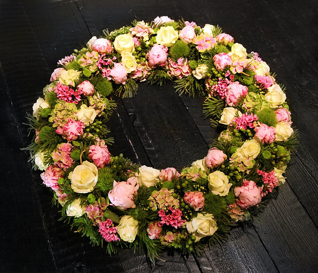 Krans 60 cm met roze rozen en fijne roze bloemen...