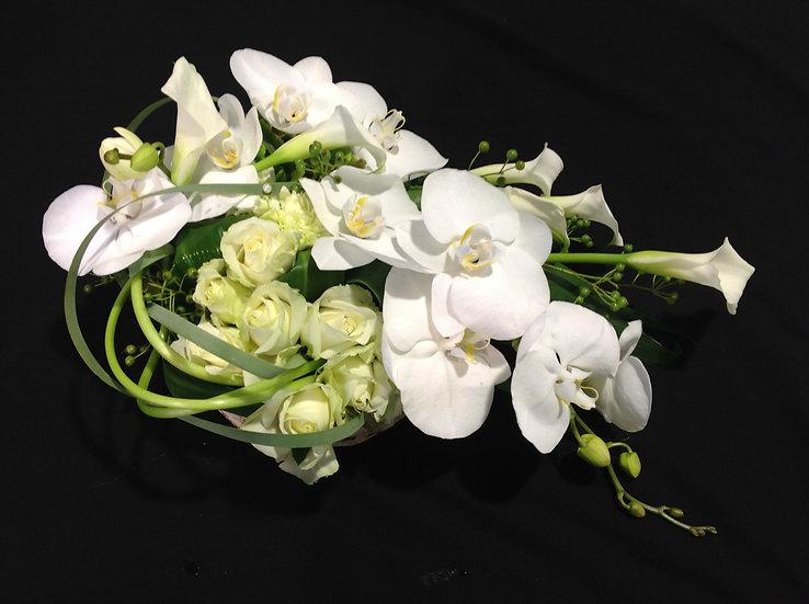 Modern wit grafstuk met orchideeen...