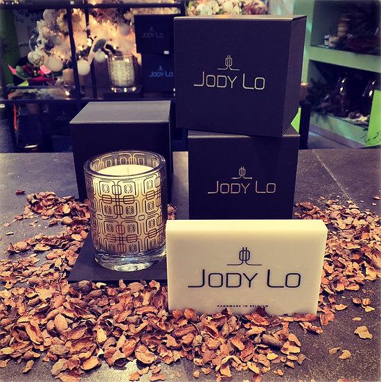 """Kleinere geurkaars 10 cm """"JODY LO"""" met bruine opdruk..."""