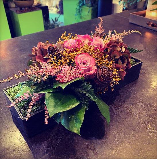 Bloemstuk in rechthoekig bakje met fushia bloemen...