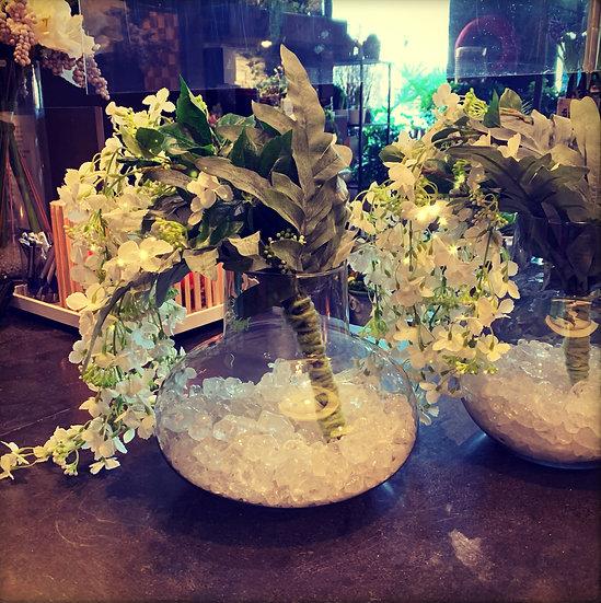 Glazen vaas met zijdebloemen...