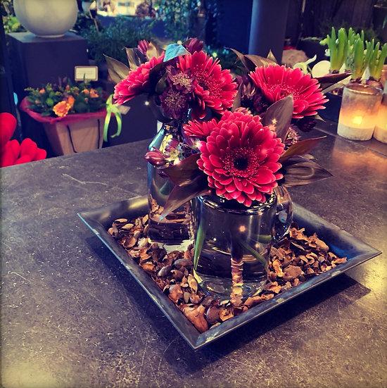 Zilveren vasjes op plateau met fushia bloemen...