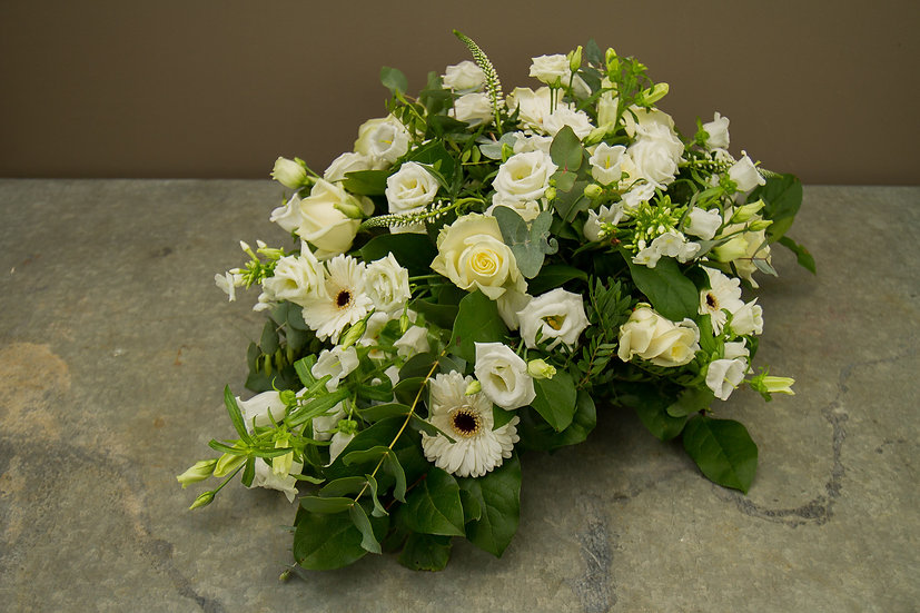 Klassiek grafstuk met witte rozen...