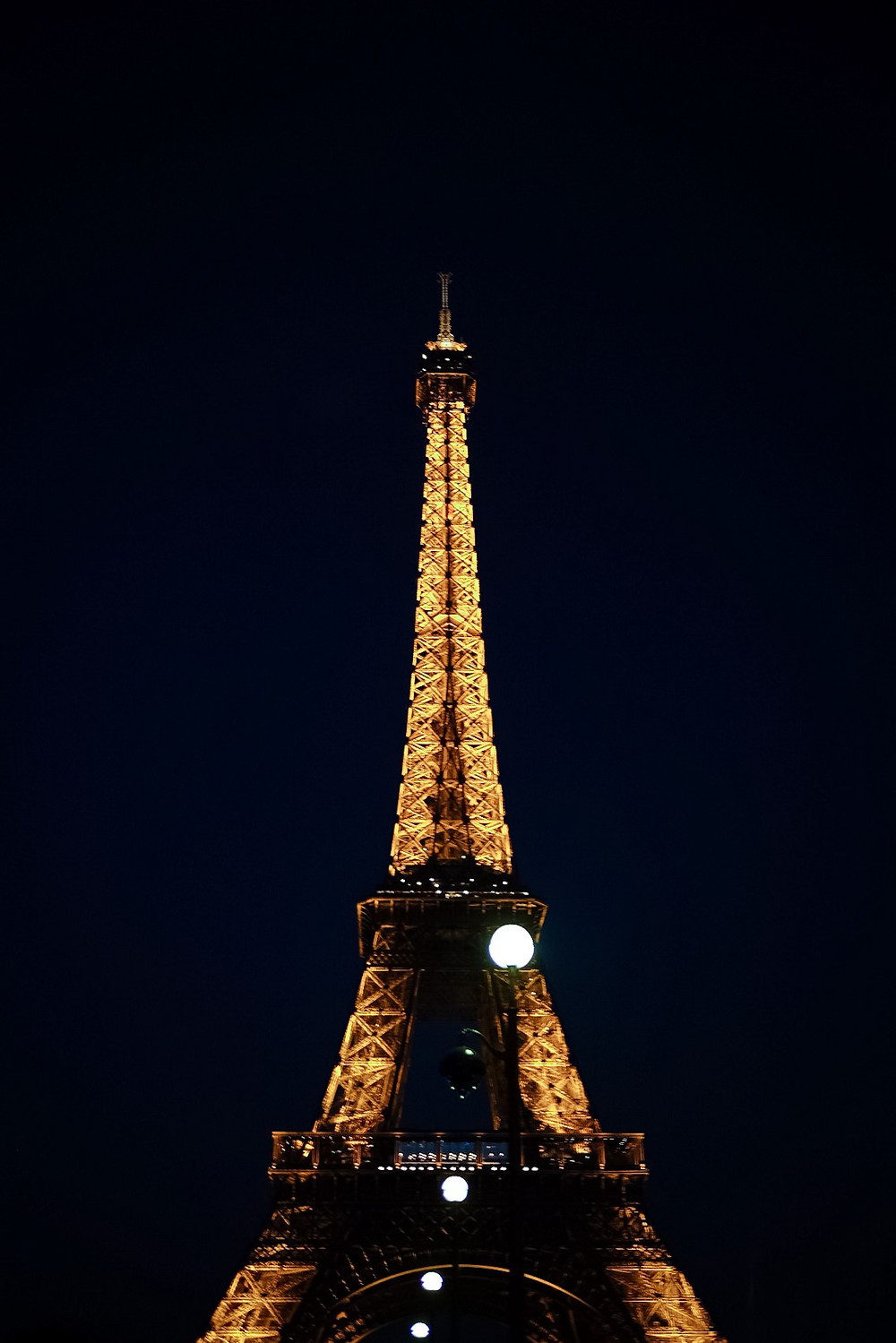 eiffle tower, glowing at night
