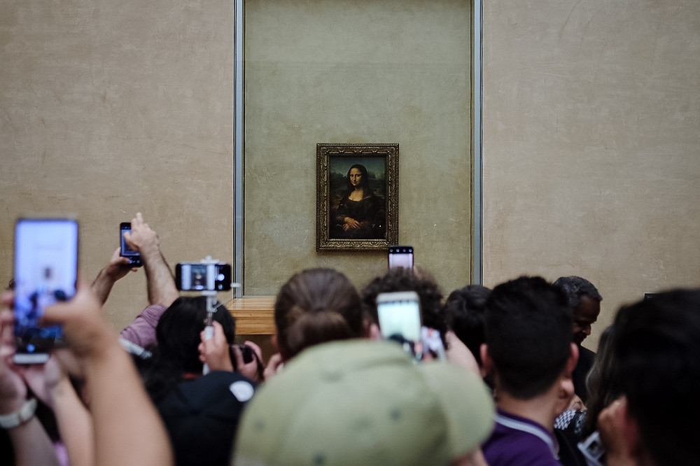the mona lisa, louvre museum, tourists
