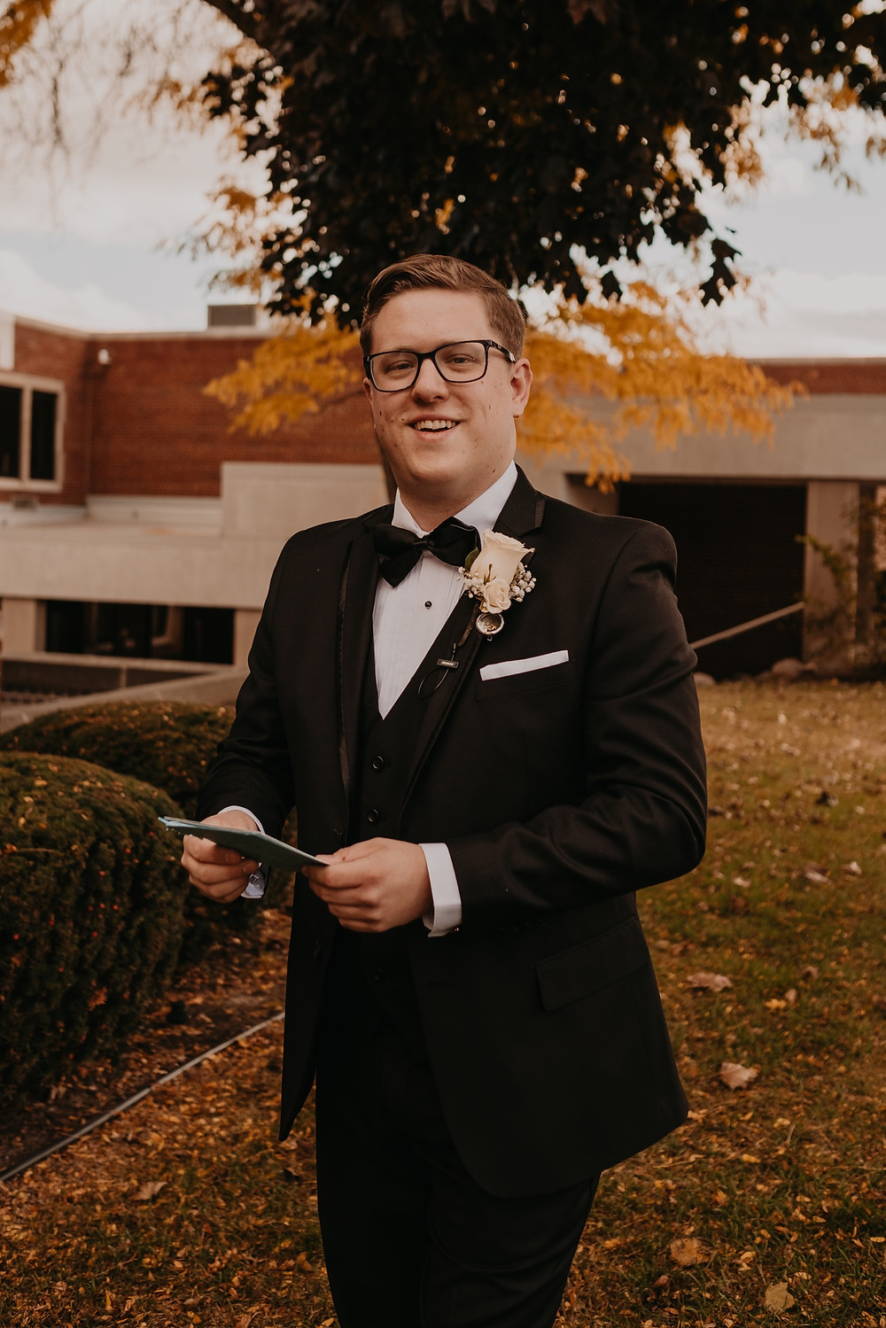 Groom portrait with handwritten card from bride. Photographed by Nicole Leanne Photography.