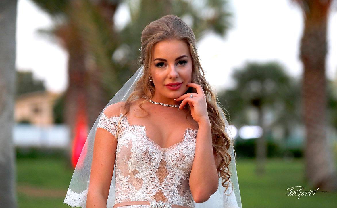 Beautiful Bride in the park  |  civil larnaca wedding photography, larnaca cyprus bridal photography, civil larnaca wedding photography, larnaca cyprus wedding photography