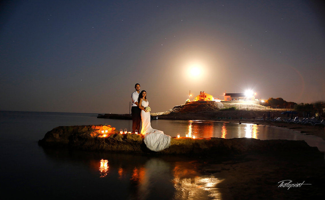 Bride and groom kissing outdoors under starry sky | wedding protaras photography cyprus, cyprus protaras  photographers photography