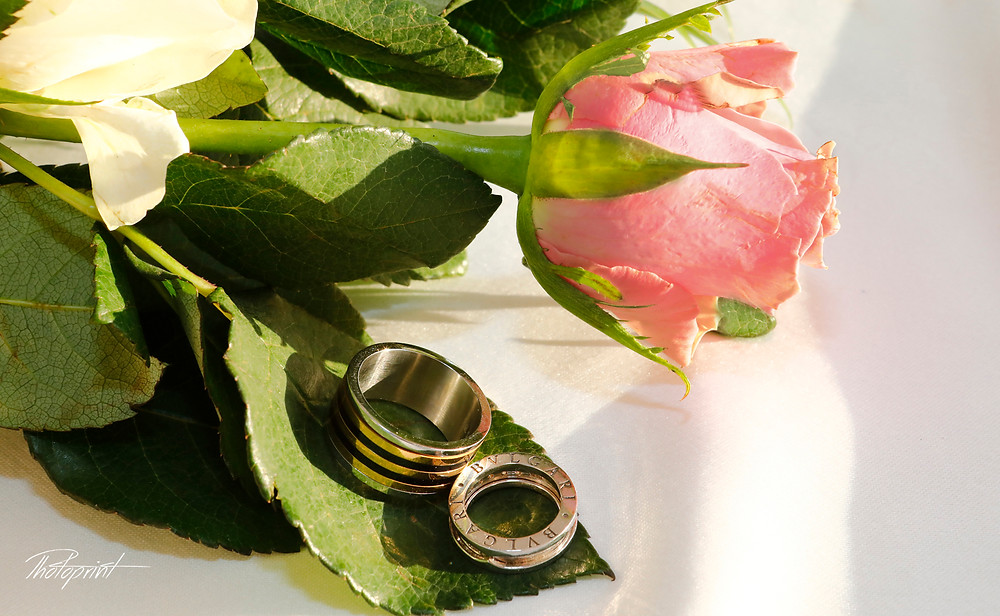 amazing BVLGARI Wedding rings on bouquet of roses