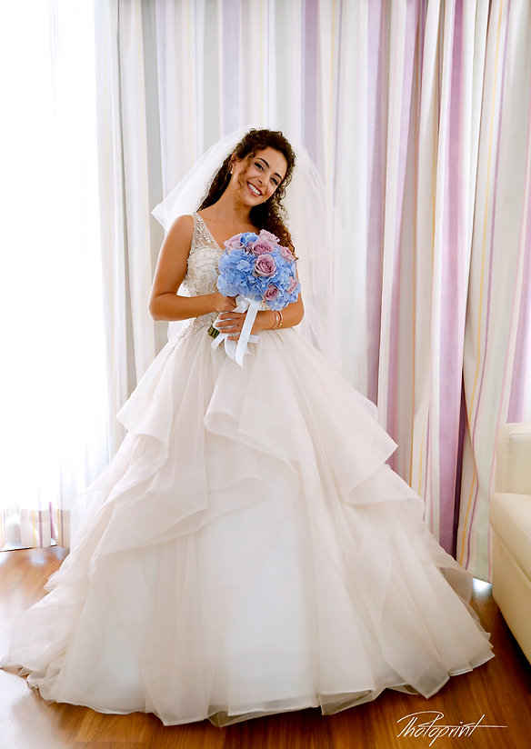 Happy brunette bride Close-up portrait of gorgeous beautiful bride in white dress with amazing hair style and make up, with bouquet of flowers   beach weddings larnaca, wedding photography larnaca, wedding photographers larnaca cyprus