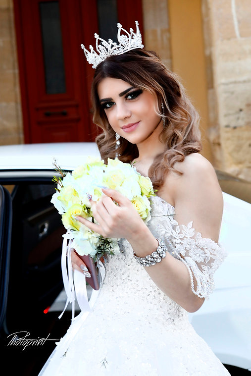 Beautiful bride girl portrait with bridal bouquet posing in her wedding car |  cyprus nicosia photographer, cyprus nicosia photographers, cyprus nicosia wedding photographers, cyprus nicosia wedding photographer