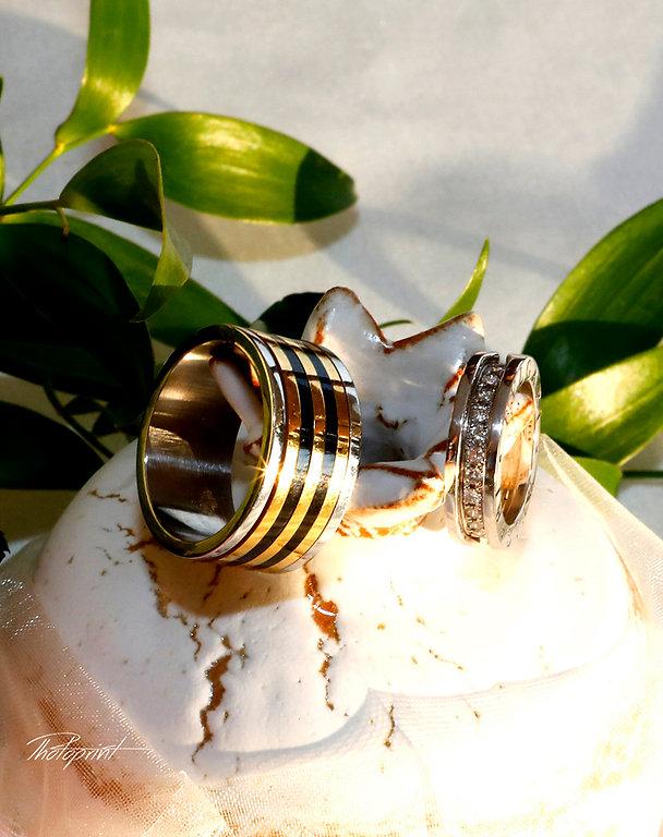 amazing BVLGARI Wedding rings of diamonds and gold on bouquet of roses |  larnaca wedding photographers, wedding photographers larnaca, larnaca municipality weddings, civil wedding larnaca cyprus