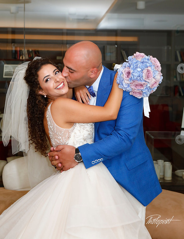 Newlyweds kissing at wedding reception of the mirror in palm beach hotel in larnaca,cyprus   larnaca photographer in cyprus , larnaca wedding photographer, larnaca town hall photographers