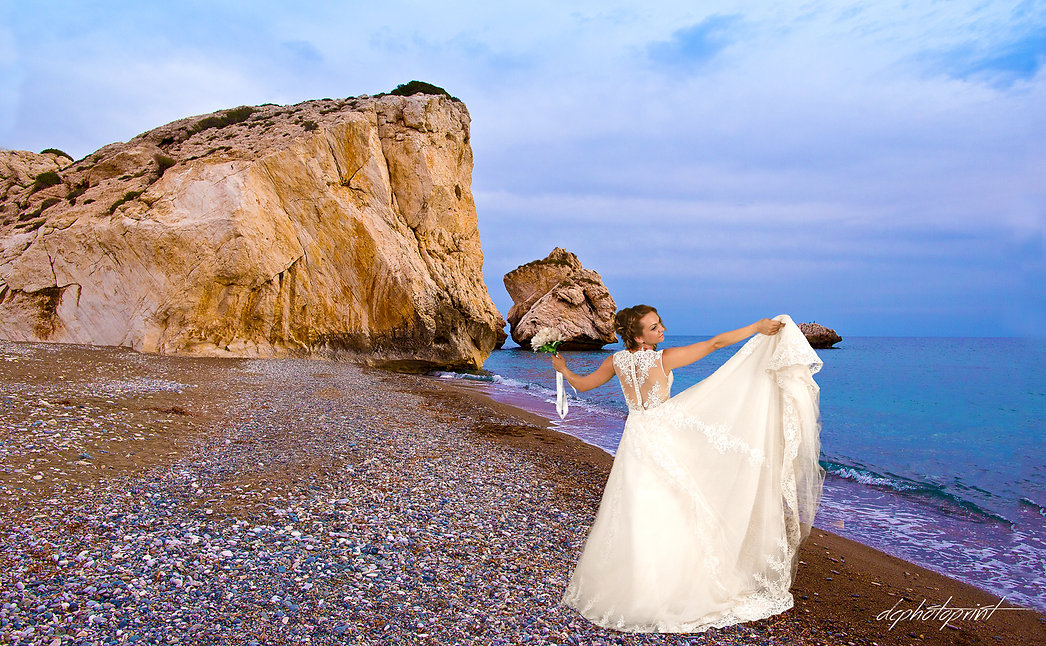 Hiring a photographer for your special wedding day doesn't have to be expensive. Find out how you can save money on professional wedding photos. Our wedding photography packages start from as little as 290 EUROS