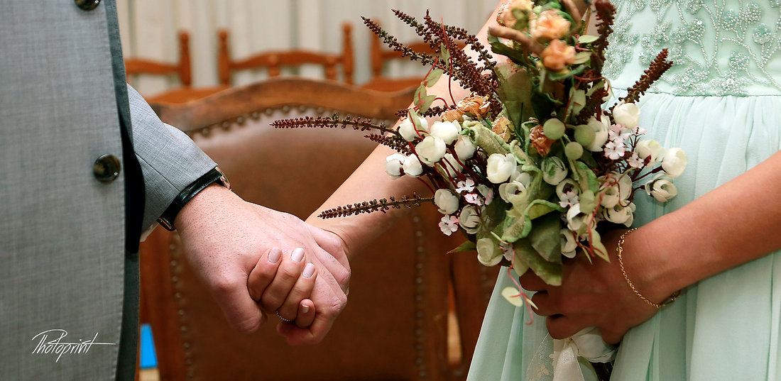 Bride and groom's hands with wedding rings and bouquet of flowers |  lebanon wedding photography prices, lebanese weddings in cyprus