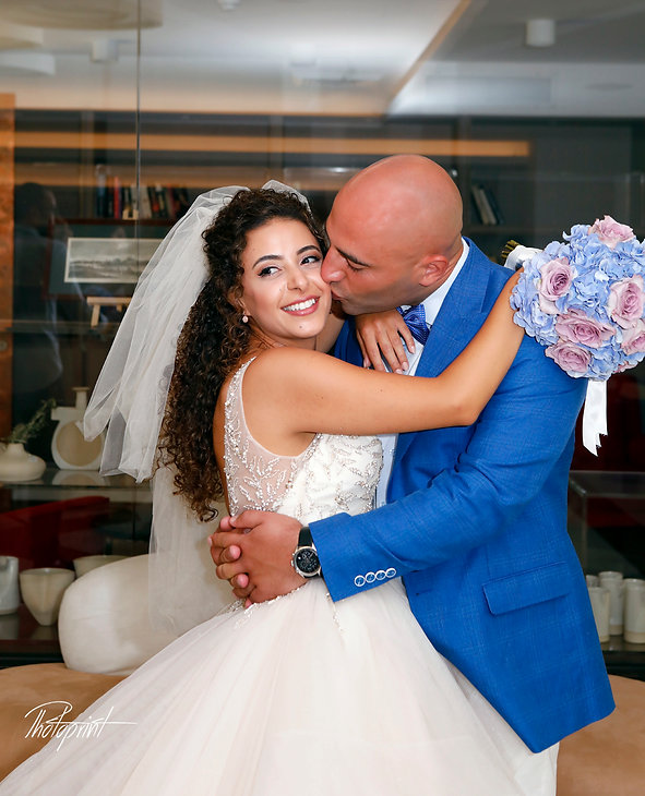 Newlyweds kissing at wedding reception of the mirror in palm beach hotel in larnaca,cyprus    larnaca photography cyprus, larnaca photographers, larnaca municipality weddings