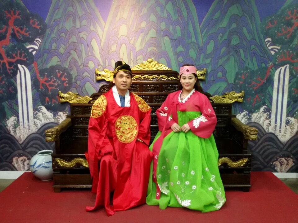 Korean_Exp_Hanbok_Couple_Throne_Nov2016