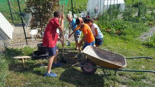 Oggi giardinaggio per i ragazzi del centro estivo di Doues (come sempre tutte le foto)