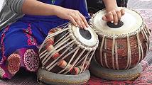 mulher-indiana-que-joga-música-indiana-no-punjabi-de-tabla-rufa-60440093.jpeg