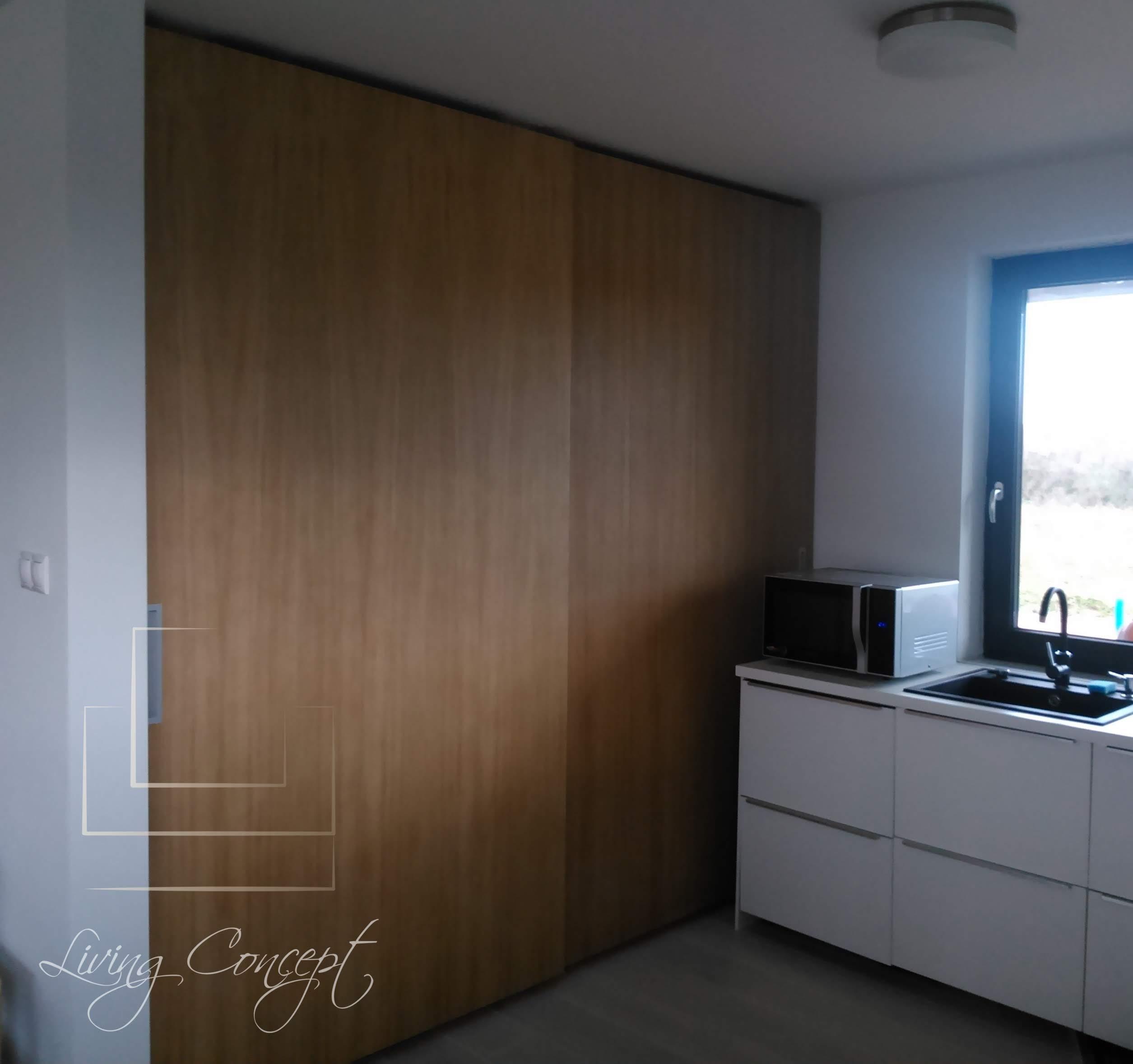 Špajzová skriňa s posuvnými dverami
