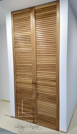 Vstavaný šatník s lamelovými dverami