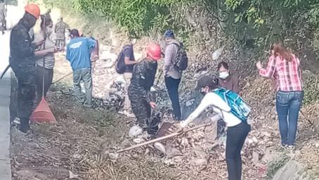 """Autoridades de la Venta del Sur F. M. , previenen incendios y van contra """"botadores""""  de basura"""