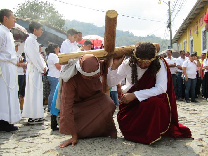 Fieles católicos rememoran la crucifixión de Jesucristo y claman por una mejor Honduras