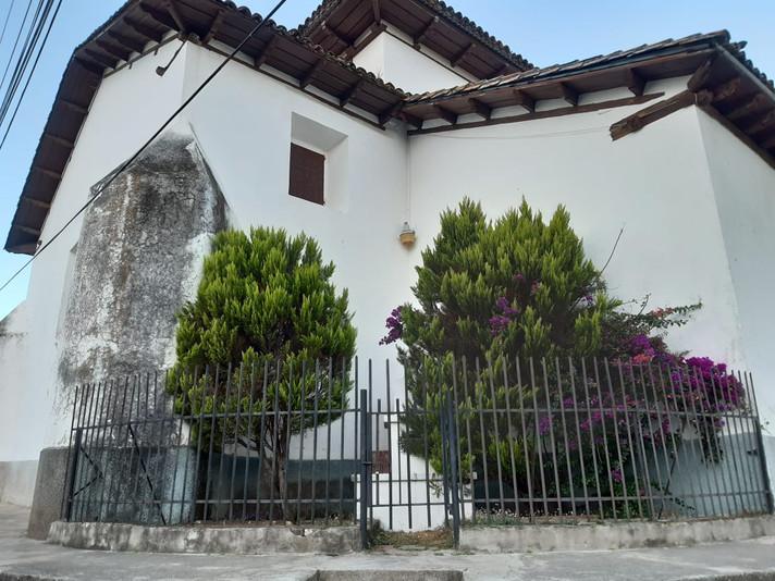 Descuidado y deteriorado luce el Busto en memoria de Monseñor Evelio Domínguez