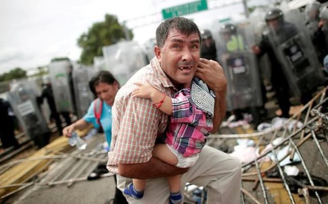 Migrantes hondureños que conforman caravana con rumbo a los Estados Unidos son retenidos en frontera