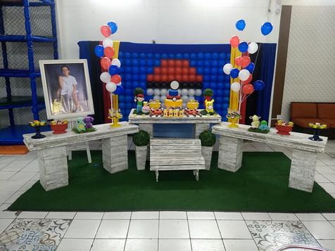 Mesa de decoração estilo provençal com o tema Pokemon - Festa Infatil