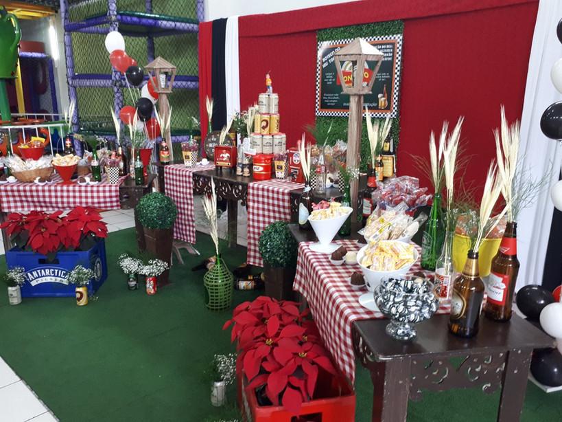 Mesa de decoração estilo provençal com o tema Buteco - Festa de Adulto