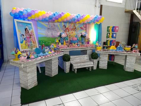 Mesa de decoração estilo provençal com o tema Princesas - Festa Infatil