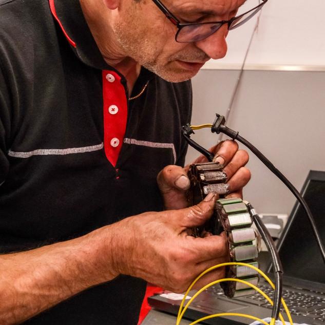 Julian Schneider bei einer Lichtmaschine  Reparatur