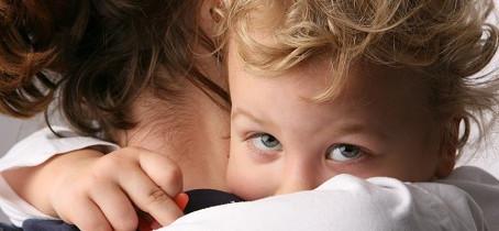 Pourquoi l'enfant réclame-t-il autant les bras de l'adulte ?