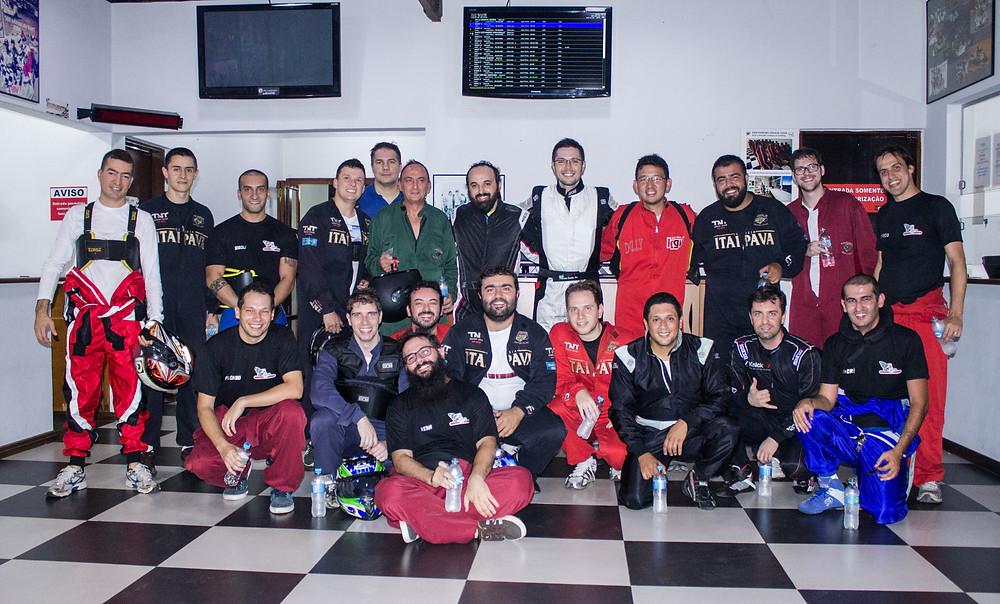 Todos os pilotos da temporada em uma foto histórica. PKL Paulista Kart League