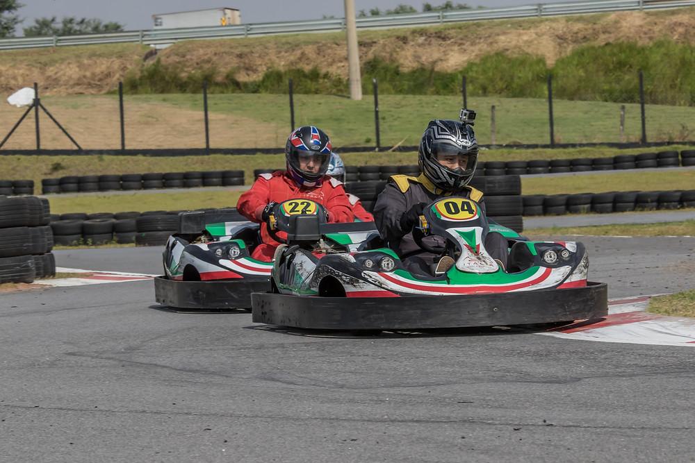 Emerson Inoguti (M2R) e Daniel Barcellos (FRT) disputam na pista e na classificação geral. Paulista Kart League PKL